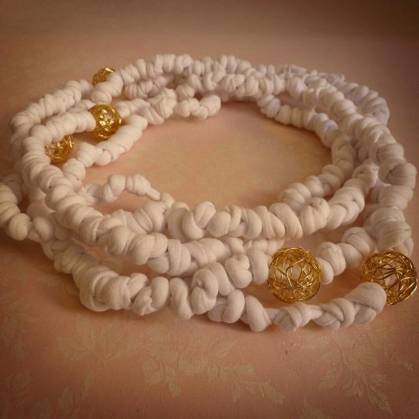 collana di fettucce bianca e oro